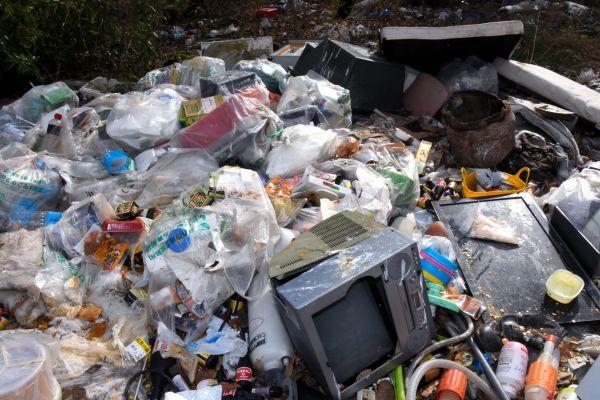 劇場前には、生ゴミやペットボトル、旧型テレビが捨てられていた=2019年4月8日、茨城県筑西市新井新田