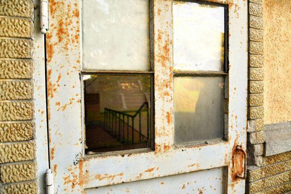 映画撮影時には割れていた窓ガラス(左下)も、新しいものに替えられている