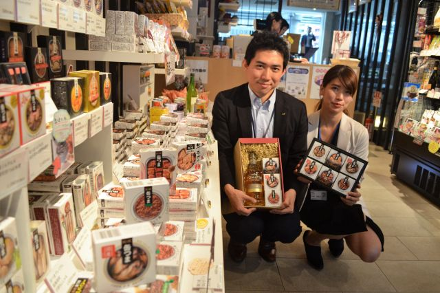 開発担当の森寛規さん(左)と、営業担当の福島芙実子さん。お酒と缶つまのセットは人気ギフトだ=東京都中央区の国分セレクトショップ「ROJI日本橋」