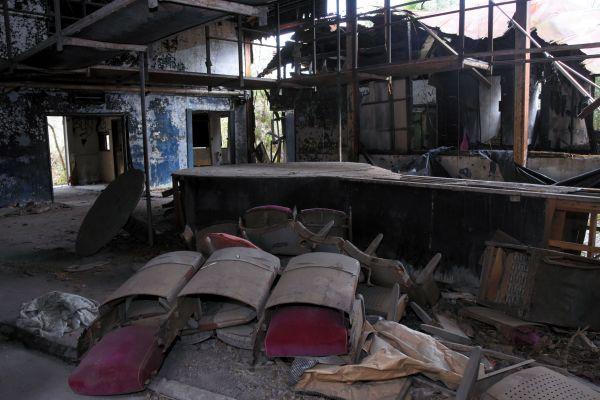 劇場内は椅子が散乱し、丸いお立ち台が焼けずに残っていた=2019年4月8日、茨城県筑西市新井新田