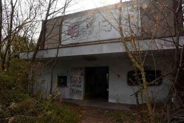 1995年に火災で全焼した元ストリップ劇場の「明野劇場」=2019年4月8日、茨城県筑西市新井新田