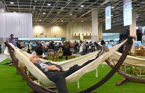 国際メディアセンターには、各国の時差を考慮して休憩スペースも設けられた=6月28日、大阪市、鬼原民幸撮影