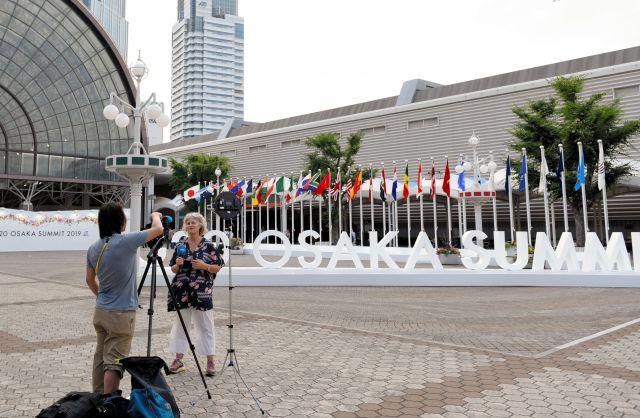 G20サミットの会場には、参加国の国旗が並んでいた。議長国の日本が一番左にある=大阪市、鬼原民幸撮影