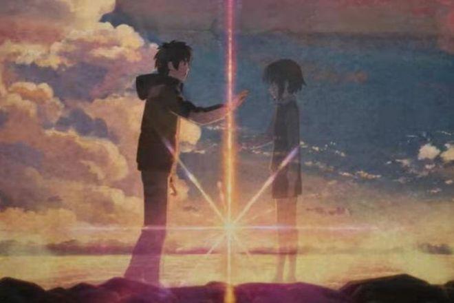 光にかざすと、瀧と三葉が紙面上で出会う瞬間