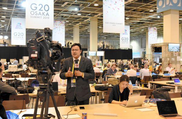 国際メディアセンターの一画。記者の作業スペースから中継する外国メディアもあった=6月28日、大阪市、鬼原民幸撮影
