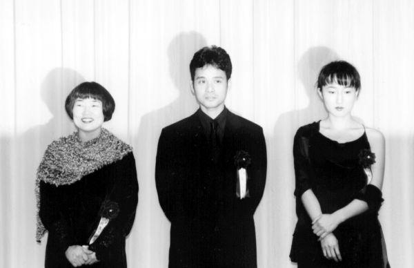1997年2月、直木賞を受賞した坂東眞砂子さんと、芥川賞を受賞した柳美里さん(右)、辻仁成さん(中)