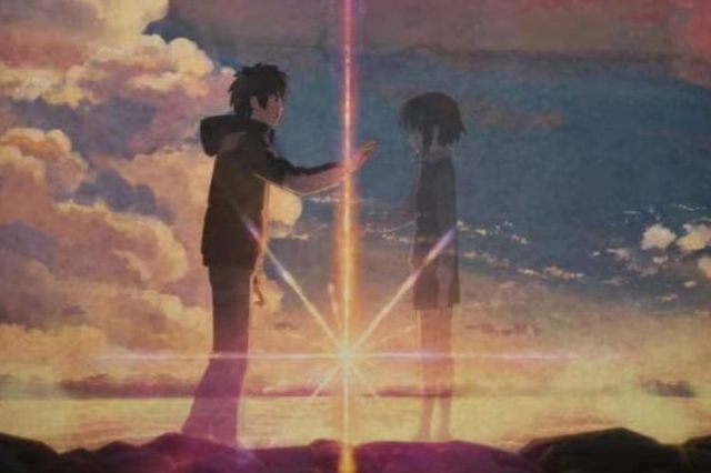 光にかざすと、瀧と三葉が紙面上で出会う