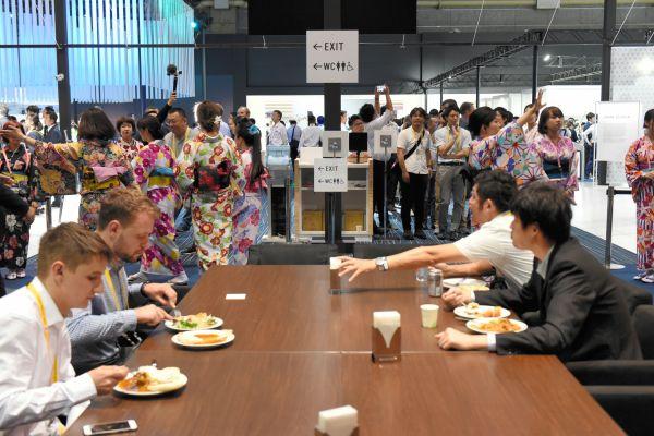 国際メディアセンター内のダイニング。多くの外国人記者でにぎわっていた=6月28日、大阪市、鬼原民幸撮影