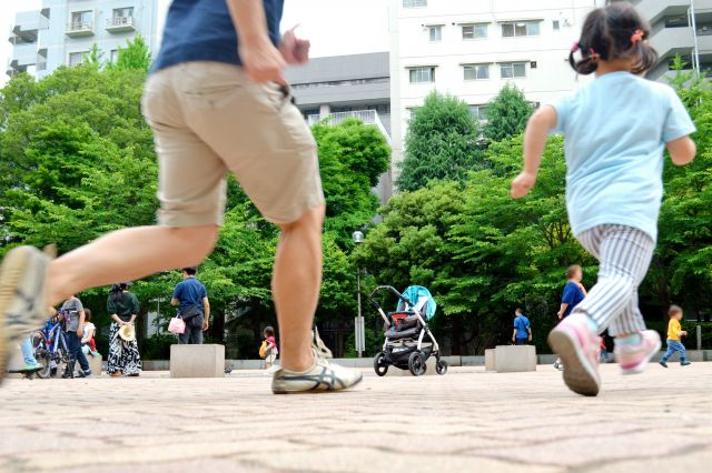 記者(左)と娘。公園ではいつも走り回っている(画像の一部を加工しています)