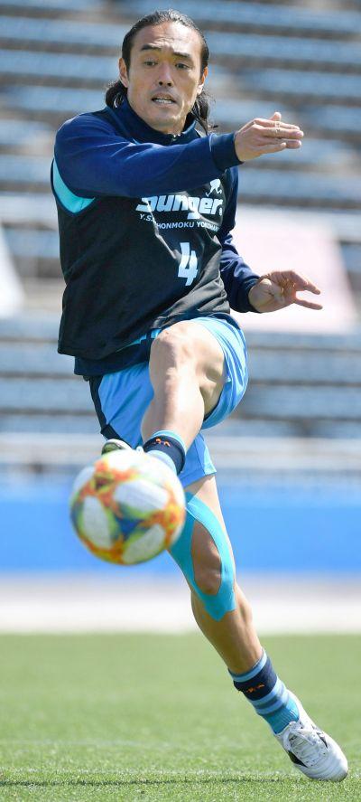 ボールを蹴る安彦選手