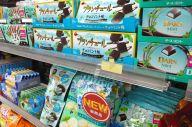 チョコミント菓子がまとめて陳列されているドラッグストアの商品棚=2019年5月30日、北九州市小倉北区、城真弓撮影