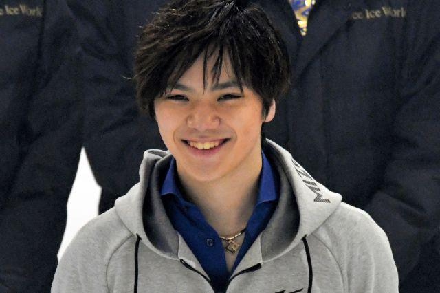 インタビューで笑顔を見せる宇野昌磨=2019年4月27日、横浜市