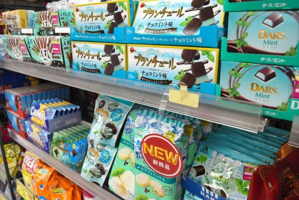ドラッグストアでもチョコミント菓子がまとめて陳列されている=2019年5月30日、北九州市小倉北区、城真弓撮影