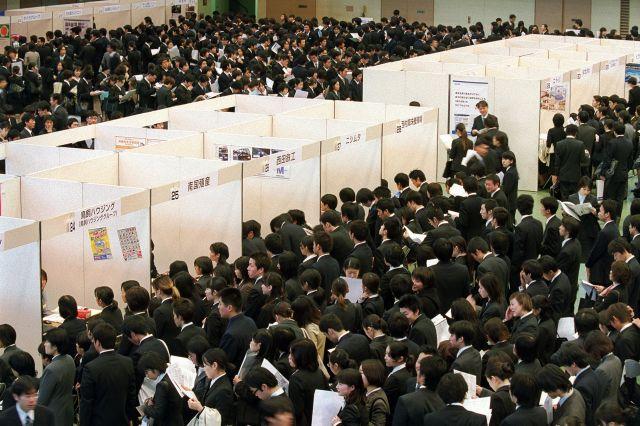 就職氷河期まっただ中だった2001年。合同会社説明会には、就職を目指す学生の長い行列ができた