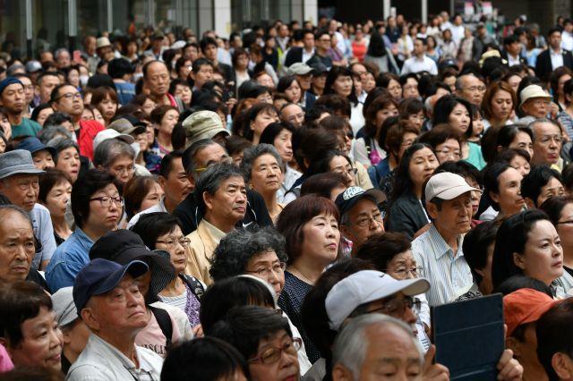 参院選公示日に候補者の演説を聴く人たち=7月4日、東京都内