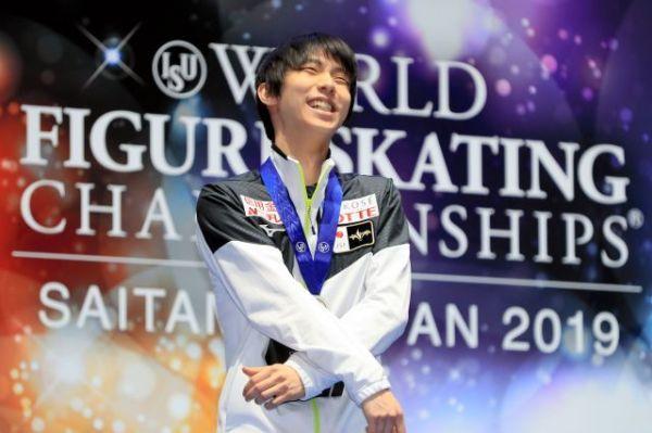 世界選手権のメダルセレモニーで、ファンに笑顔を見せる羽生結弦=内田光撮影