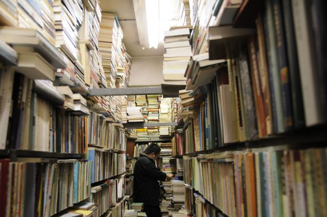 ところ狭しと並ぶ本、本、本。通路は人1人がやっと通れるだけの幅しかなく、端の方にある本を探そうと思うと、その途中の場所で本を探している人にいったん向こう側まで寄ってもらう、ということを繰り返すしかない=今村優莉撮影