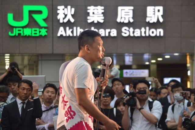 参院選公示日に街頭で訴える「れいわ新選組」の山本太郎代表=7月4日、東京都内