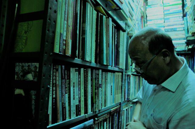 アモイ(廈門)大学の李無未教授。「専門とする漢語音韻学のジャンルをここまで幅広く取りそろえた本屋は、大陸にも台湾にも香港にもない。ここが閉店したら、僕はどこに行けば良いのか本当にわからないよ」と言って大量に買っていた=今村優莉撮影