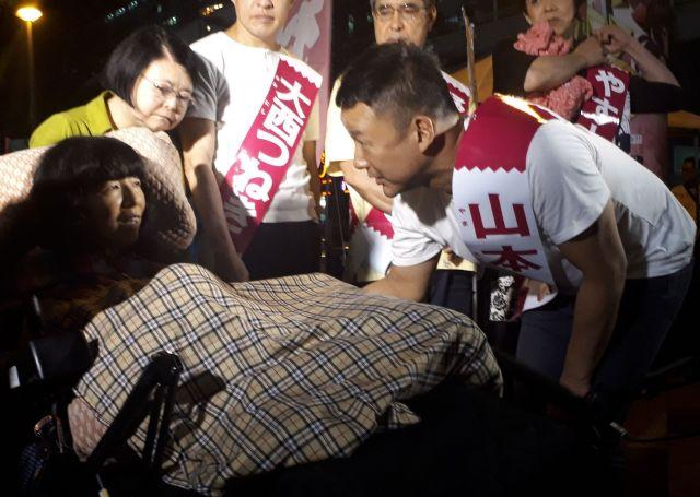 参院選公示日の街頭演説の後、「れいわ新選組」が比例区に擁立した重度障害のある候補者(左)と話す山本太郎代表(右)=7月4日、東京都内
