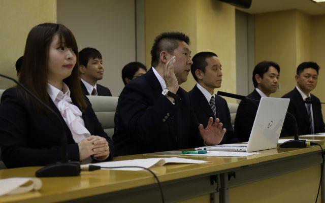 参院選への候補者擁立を発表する「NHKから国民を守る党」の立花孝志代表ら=4月、東京都庁