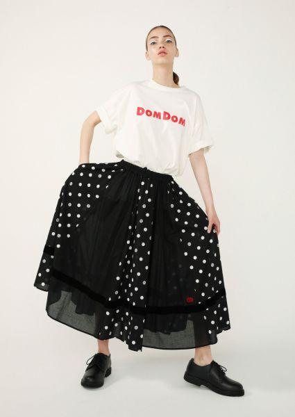 Tシャツ4600円、スカート18000円(いずれも税抜き)