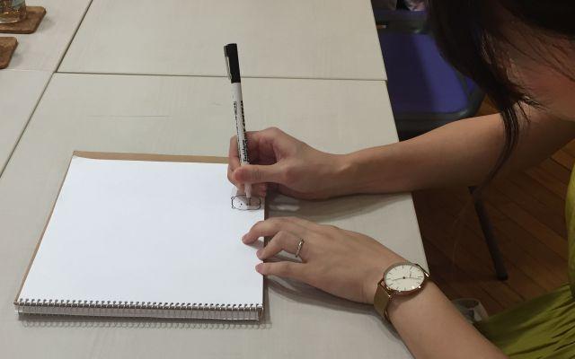 しろくまを書くよこみぞゆりさん=小田切陽子撮影