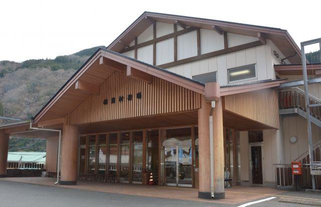 村の中心部にある椎葉村役場=宮崎県椎葉村