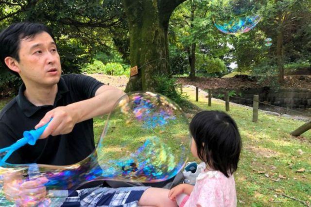 2歳の長女と遊ぶ武田記者