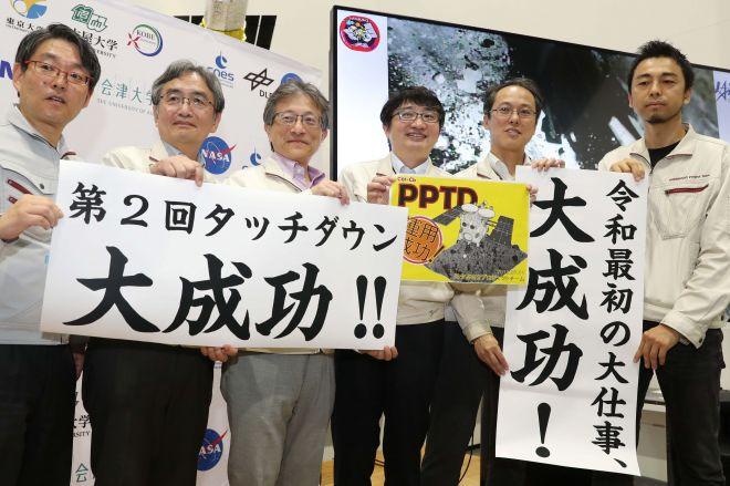 はやぶさ2の着陸成功を喜ぶチーム=神奈川県相模原市のJAXA相模原キャンパス、池田良撮影