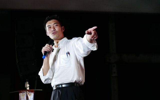 タイ東北部コンケン県の新未来党の集会で話すタナトーン氏=2019年6月