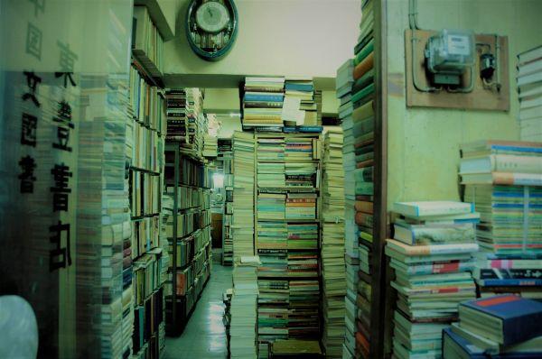 閉店4日前の東豊書店。入り口から店の奥の奥まで、本がびっしり=今村優莉撮影