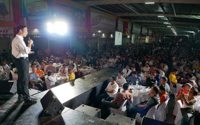 タイ東北部コンケン県の新未来党の集会で話す、タナトーン氏。集まった人たちは熱心に話に耳を傾けていた=2019年6月