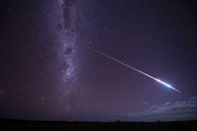 天の川の前を横切った初代「はやぶさ」と回収カプセル=日本時間2010年6月13日午後10時51分から星を自動追尾して3分間露光、豪州南部グレンダンボ近郊、東山正宜撮影