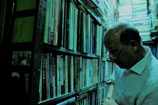 廈門大学の李無未教授。「漢語音韻学のジャンルをここまで幅広く取りそろえた本屋は、大陸にも台湾にも香港にもない。ここが閉店したら、僕はどこに行けば良いのか分からないよ」と、大量に買い込んだ=今村優莉撮影