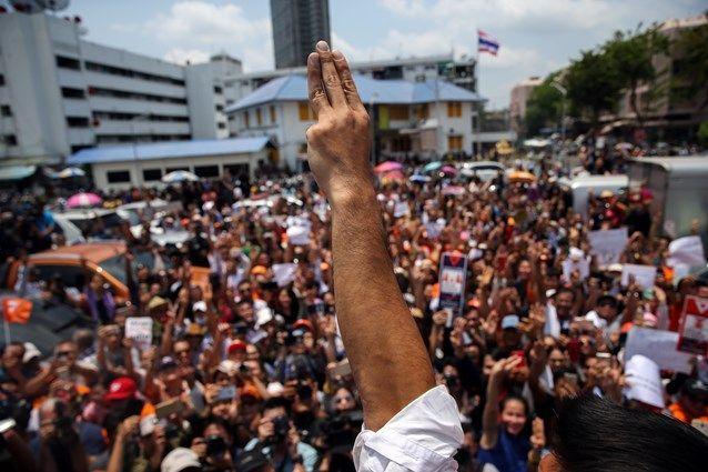 新未来党では、三本の指をそろえて掲げるポーズが広まっている。
