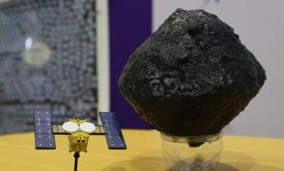 「はやぶさ2」(左)と小惑星「リュウグウ」の模型