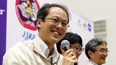 津田雄一JAXAプロジェクトマネジャー(手前)