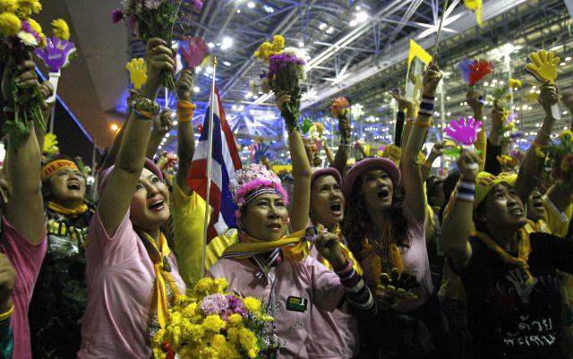 2008年、バンコク郊外の空港を占拠した、反タクシン派の「黄シャツ」の人たち