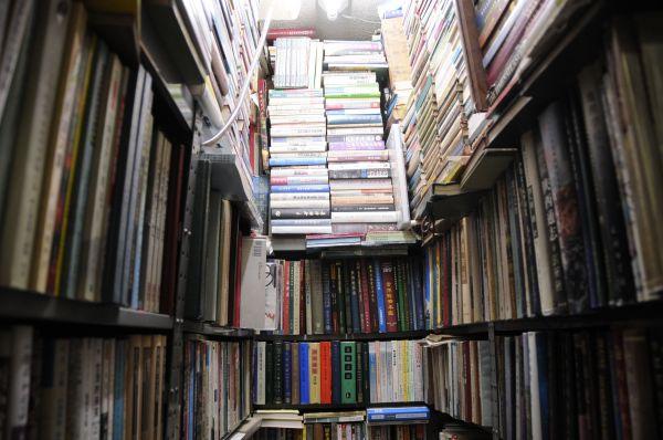 店のあらゆる空間に隙間なく積み上げられた本。東豊書店に通って40年近いという常連の一人は「いくら通っても、いまだに3分の1はまったく何の本か分からない」と話した=今村優莉撮影