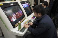 「名古屋ガロスペスタジアム」でゲームをする人たち