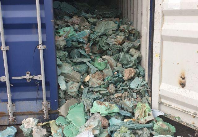北部ハイフォンの港に着いたコンテナから見つかったプラスチックなどの混ざったごみ=港湾関係者提供