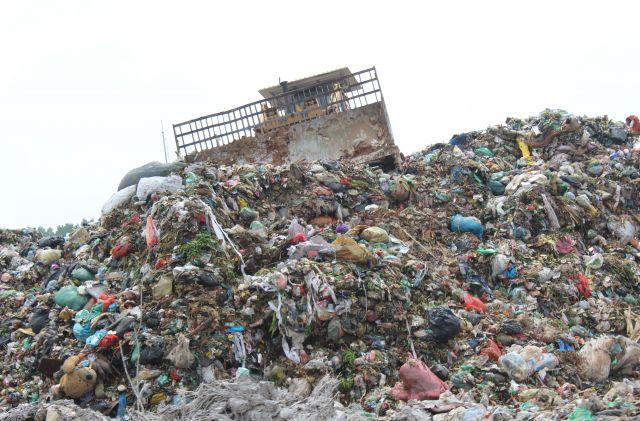 ハノイ市内の最終処分場。プラスチックのレジ袋があちらこちらに見えます=鈴木暁子撮影