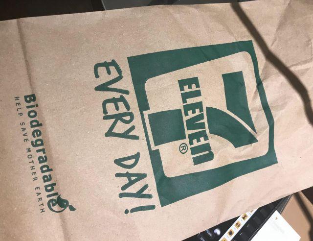 フィリピンの首都マニラのコンビニでは、紙袋で商品を渡されることが多くあります=鈴木暁子撮影