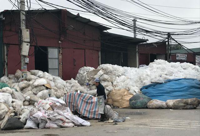 「プラスチック村」の中はプラスチックごみであふれていた=鈴木暁子撮影
