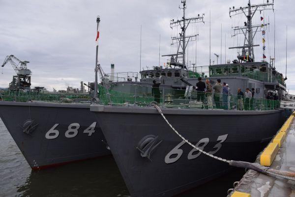 掃海艇つのしま(右)と、なおしま=2018年4月、愛媛県の三島川之江港
