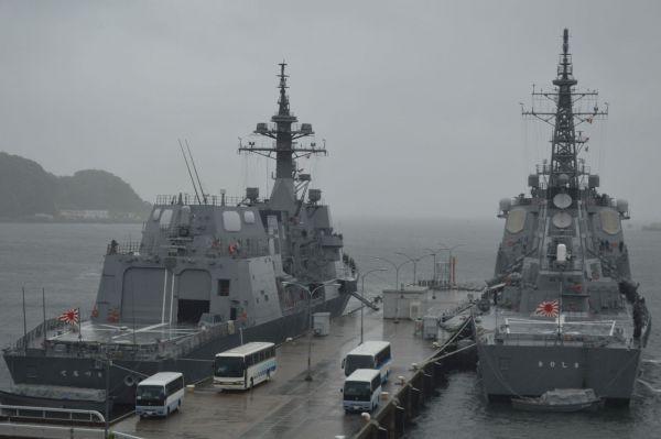 イージス護衛艦きりしま(右)と、護衛艦てるづき=5月、神奈川県の横須賀港