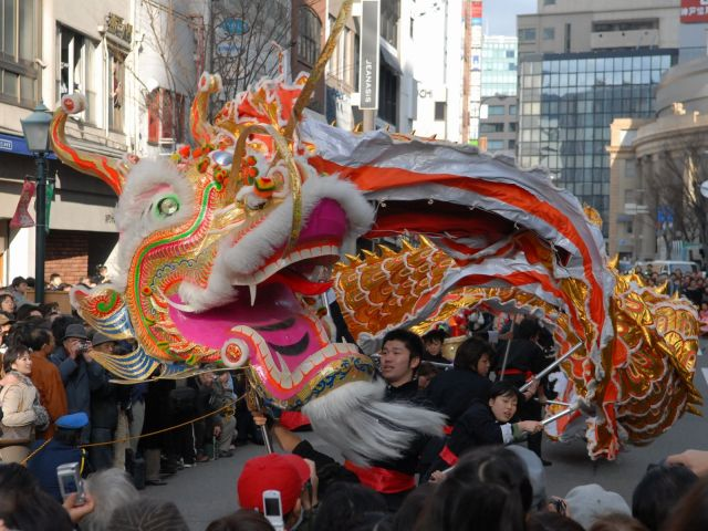 神戸の中華街・南京町で、中国の旧正月を祝う「春節祭」で披露される竜の舞い=2007年2月