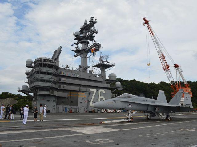 2016年8月、神奈川県の横須賀港に停泊中の米海軍原子力空母の甲板から。かつての大統領ロナルド・レーガンが艦名になっている。甲板の手前には艦載機のFA18戦闘機