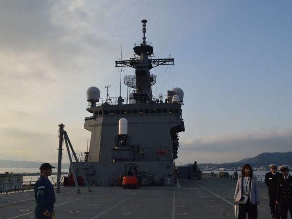 輸送艦おおすみ=2月、広島県の呉港